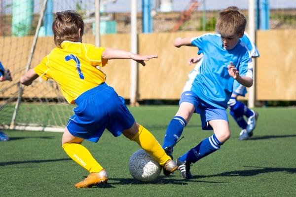 Детки играют в футбол