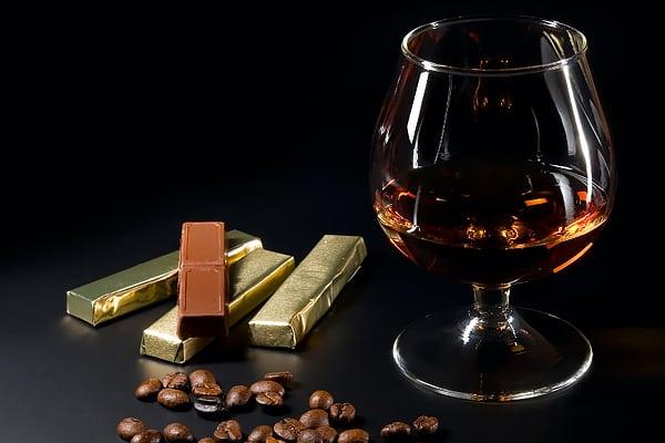 Бокал коньяка и шоколад