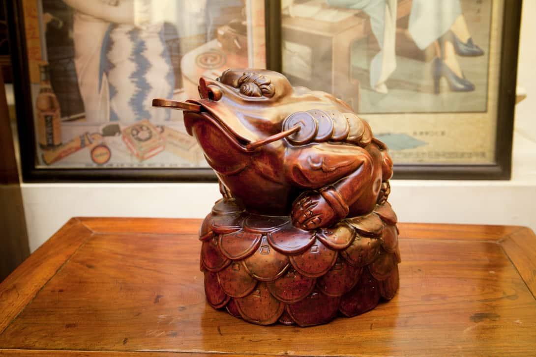 денежная лягушка на тумбочке фото