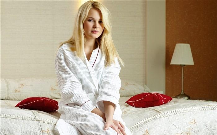 Девушка в белом халате