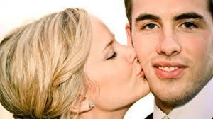 Приснился поцелуй в щеку — нюансы трактовки по популярным сонникам