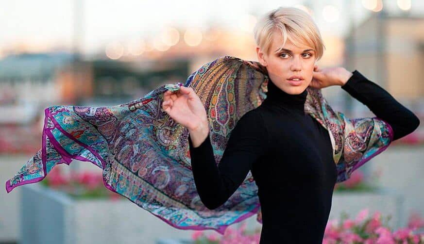 Блондинка с платком