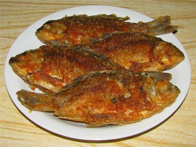 Жаренная рыба в тарелке