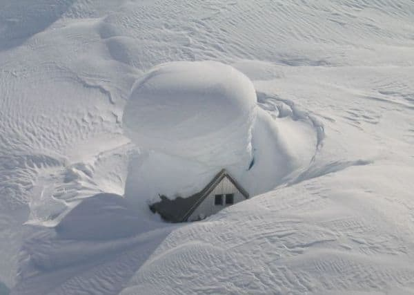 Дом заваленный снегом
