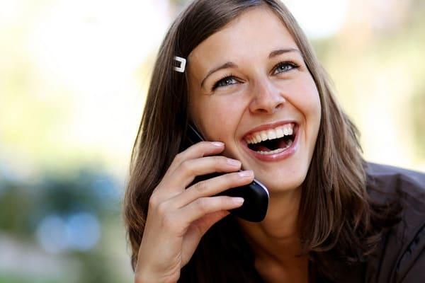 Девушка говорит по телефону