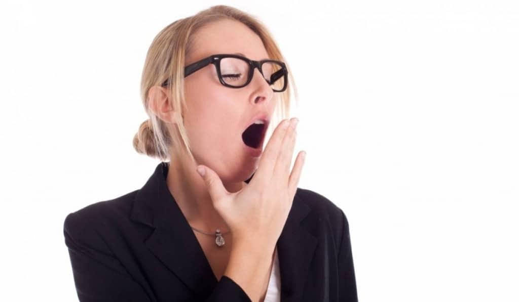 Зевает девушка