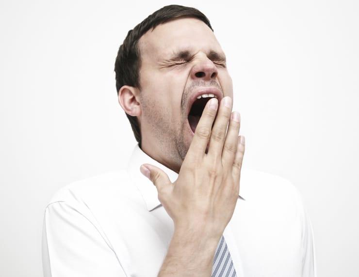 Зевает мужчина
