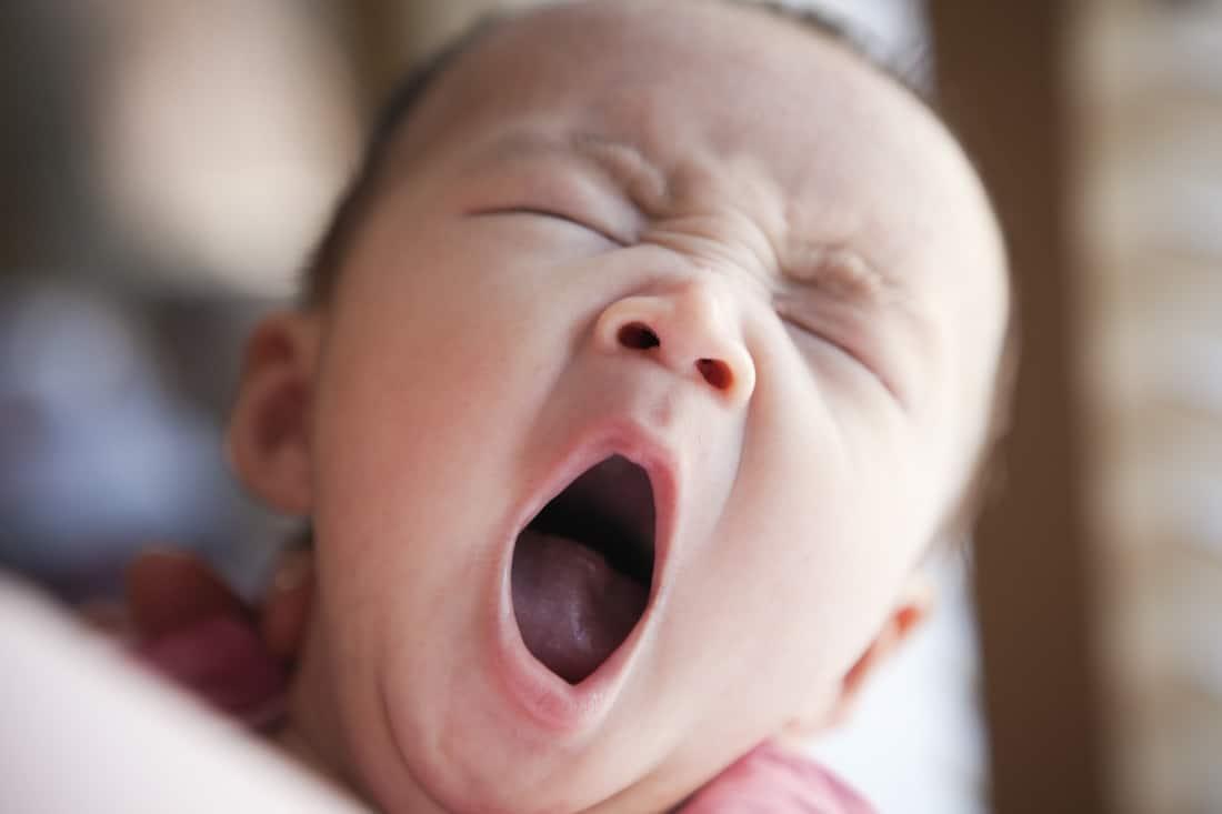 Зевает младенец