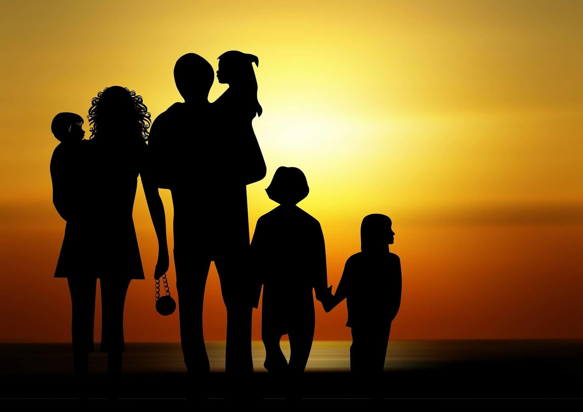 Семья на закате
