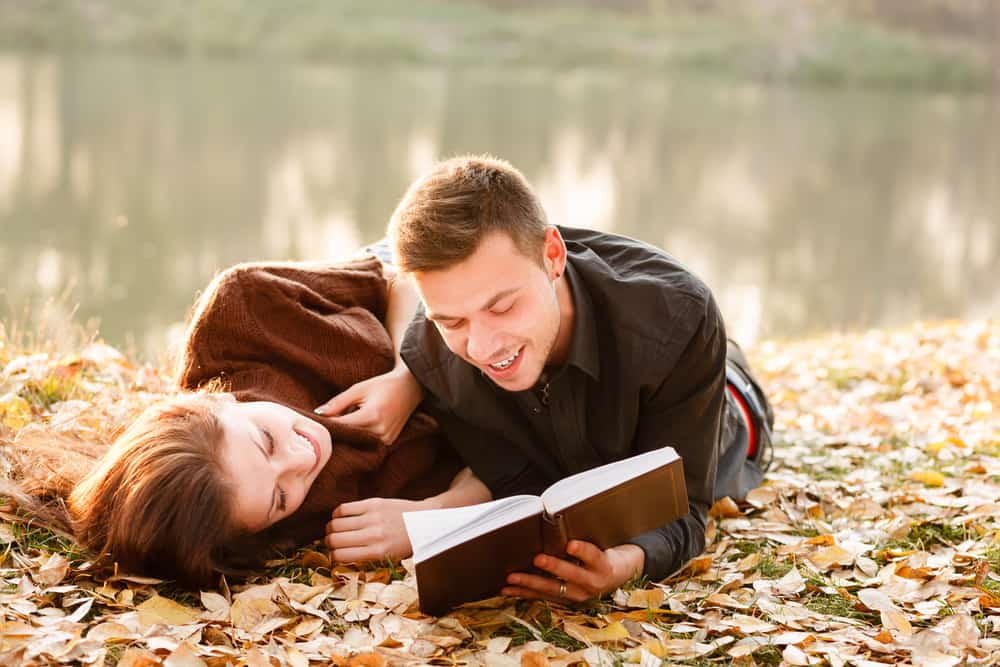 Чтение на берегу озера