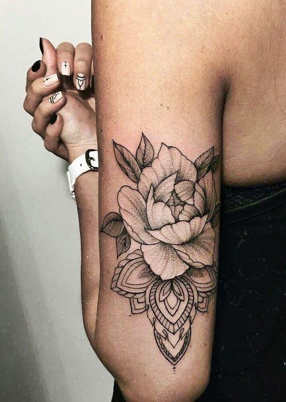 татуировка с розой на руке