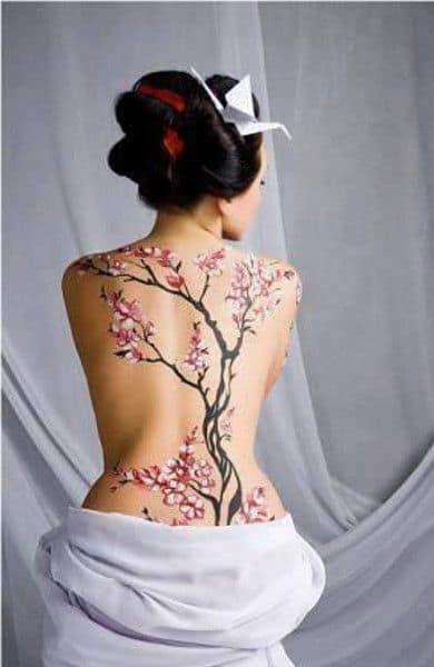 тату сакуры обычно делают на спине