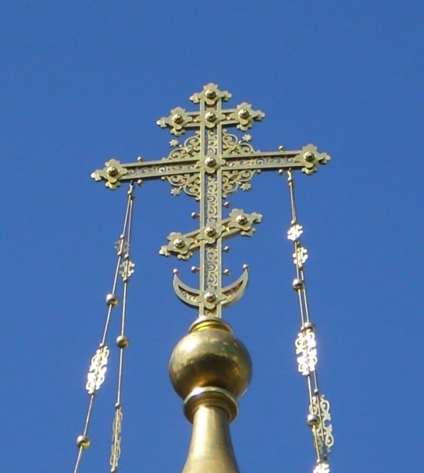 церковный крест с полумесяцем