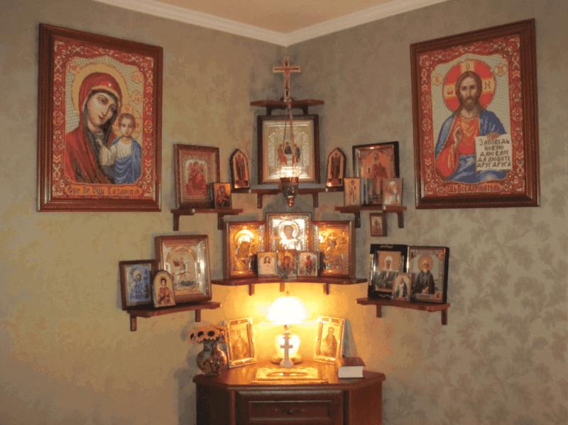 В каком углу должны висеть иконы в доме и как правильно их повесить