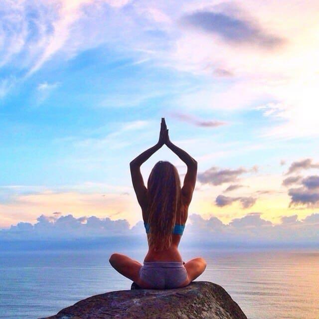 практика йоги позволяет достичь гармонии