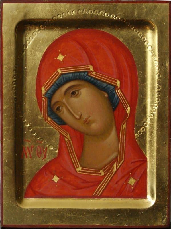 Богородица облачена в одеяния ярко-красного цвета
