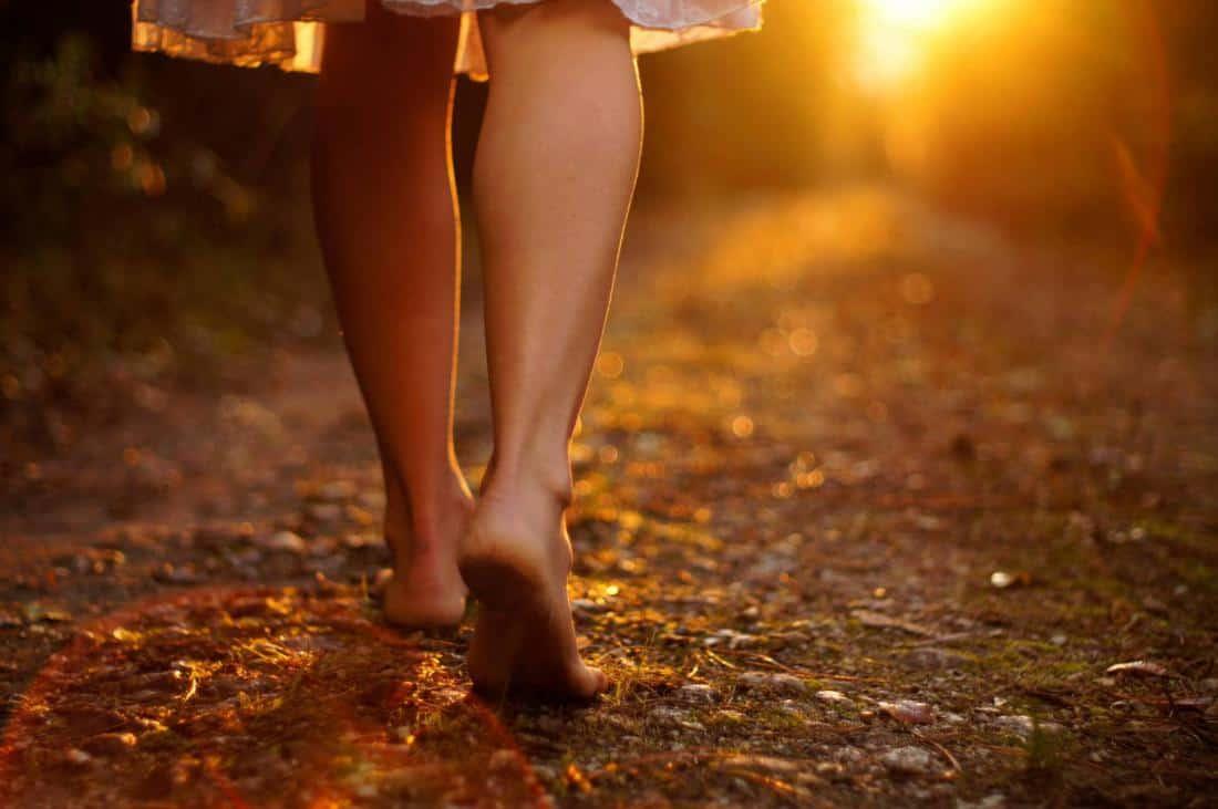 прогуляйтесь босиком по земле