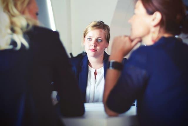 Как расположить к себе человека: советы психологов