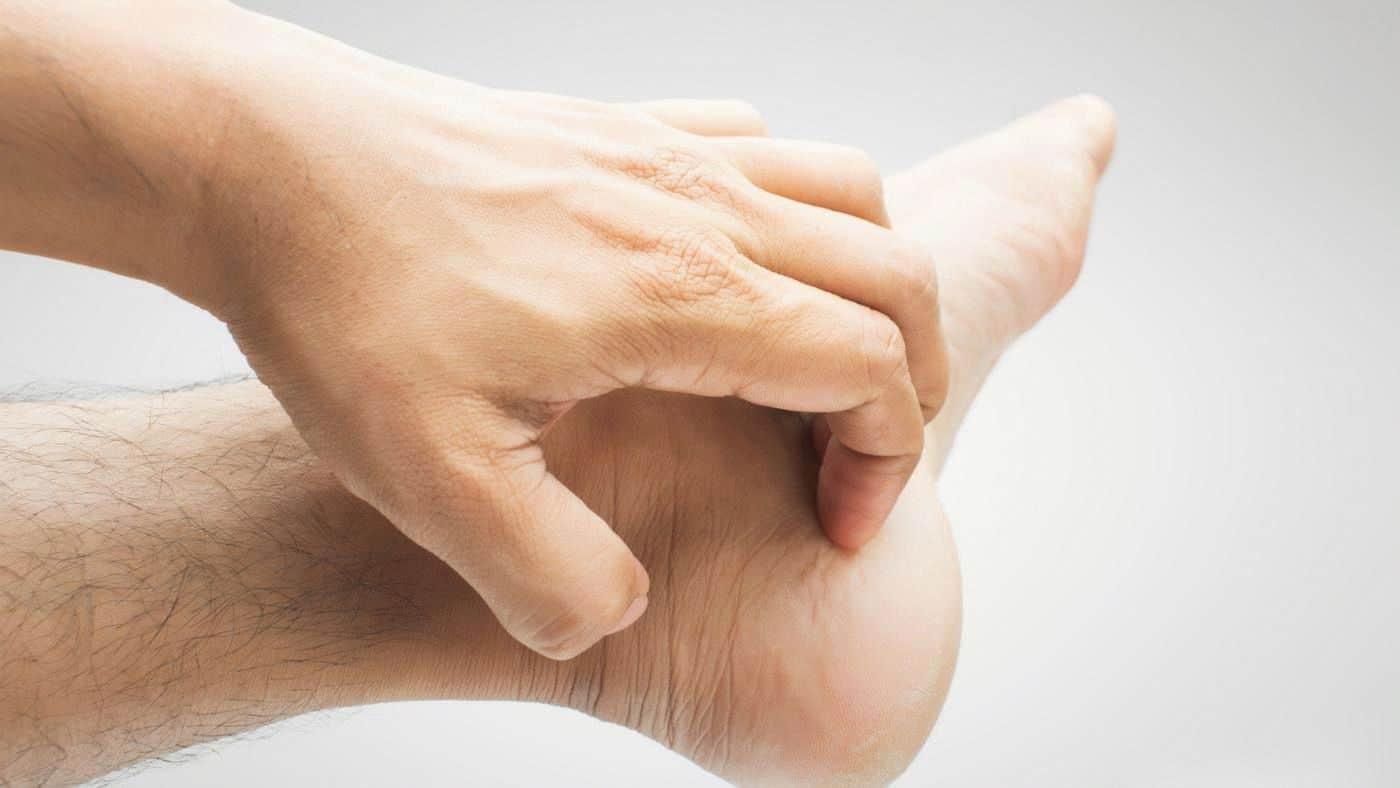 К чему чешется левая нога и ступня по приметам
