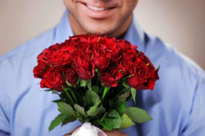 любящий мужчина радует женщину