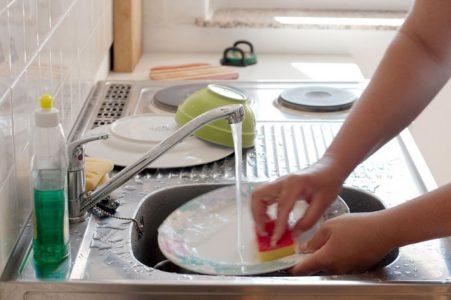 Мытьё посуды в чужом доме: значение приметы