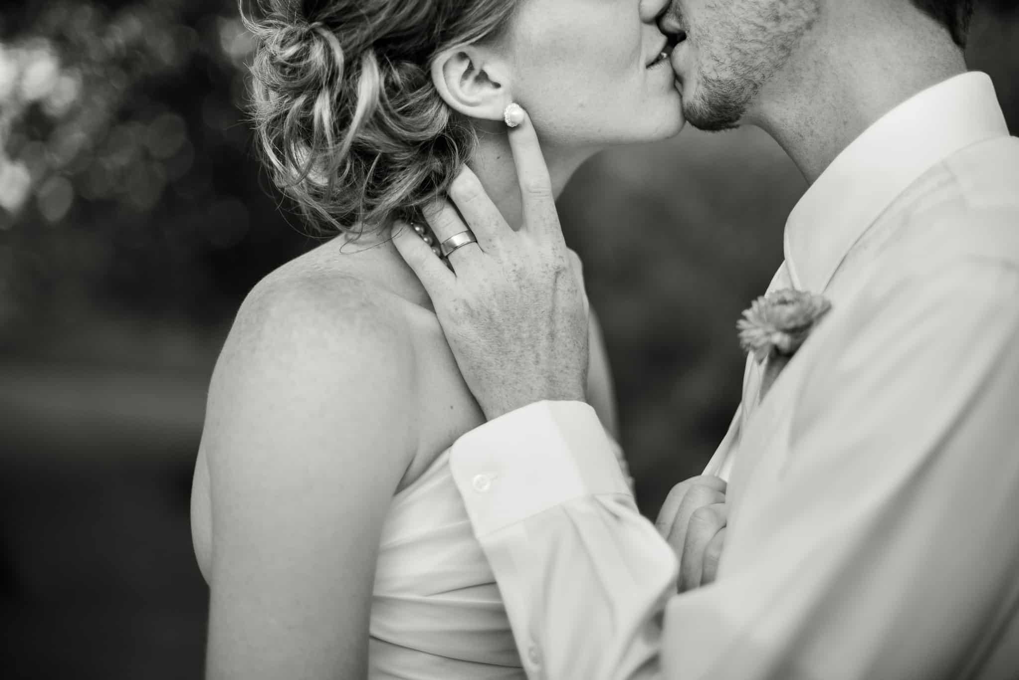 К чему снится поцелуй - толкование по сонникам
