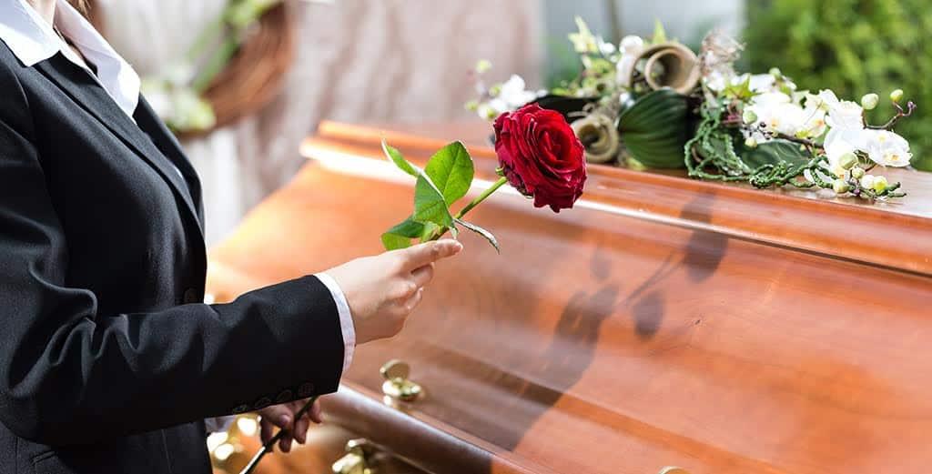 Можно ли беременным присутствовать на похоронах по мнению религиозных общин, учёных и суеверий