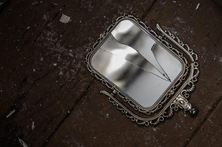 Разбилось зеркало: к чему и что делать, толкование приметы