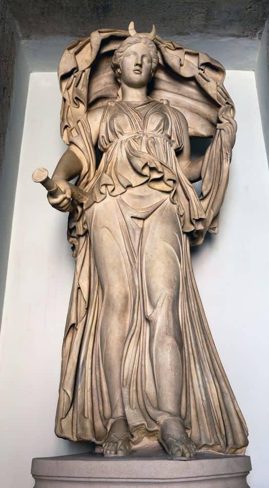статуя древнеримской богини Селены