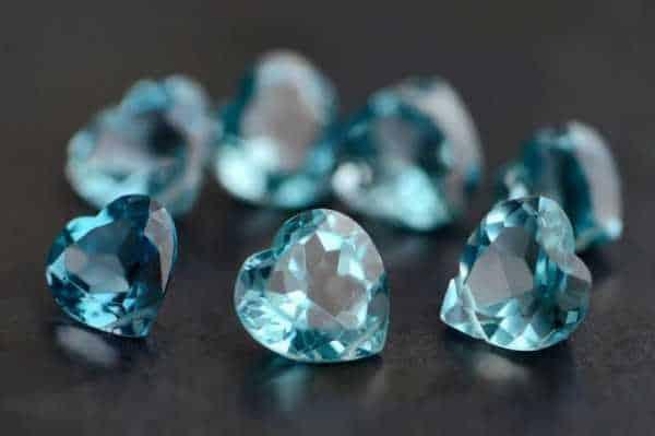 камни топазы в форме сердечек