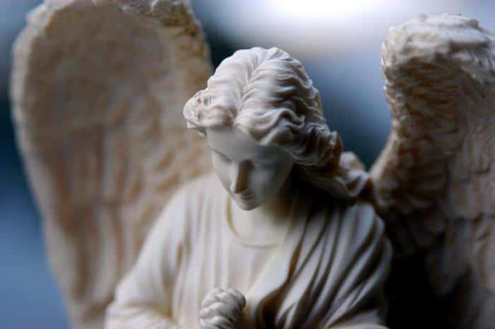 ангел-хранитель оберегает человека по жизни