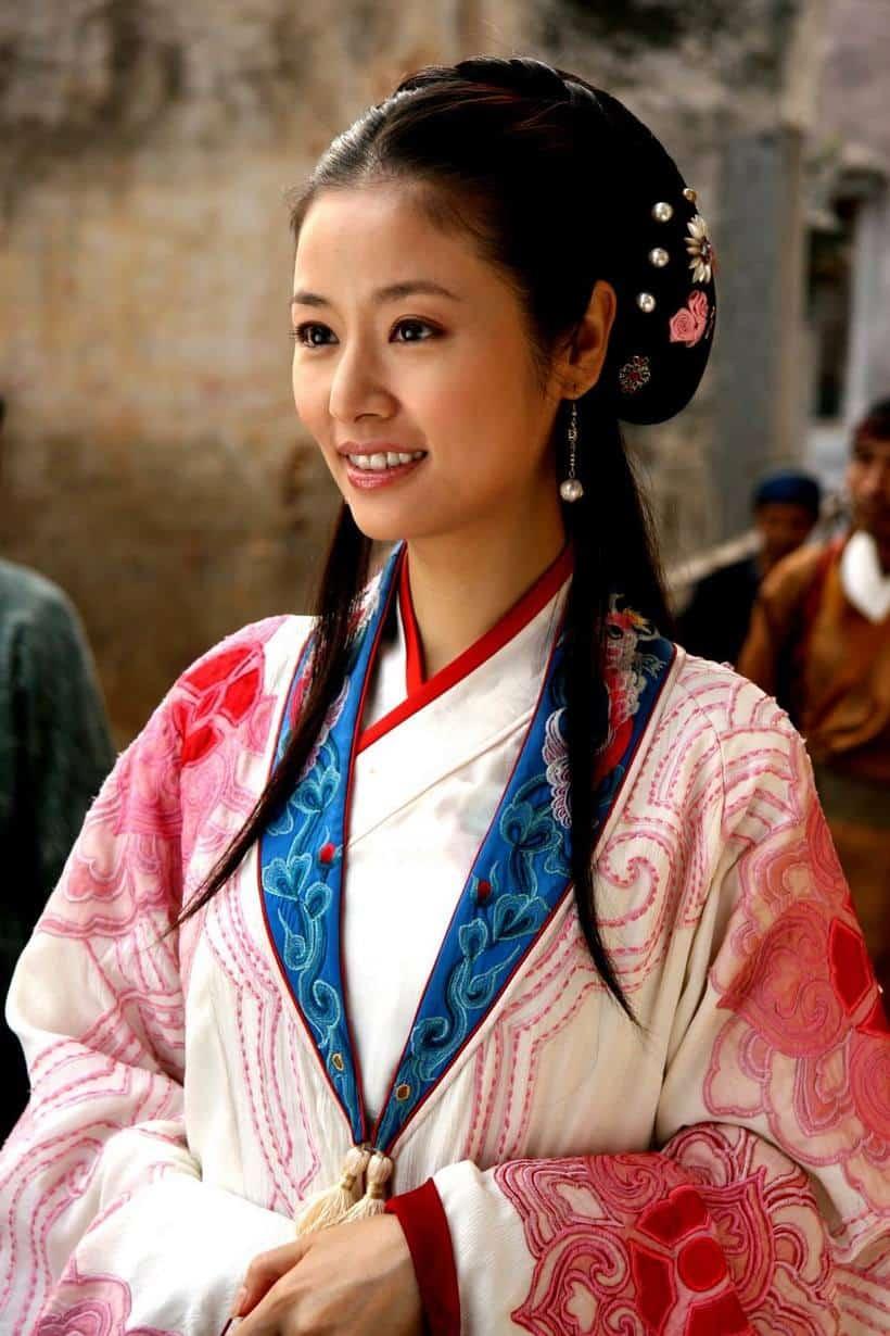красивая китайская девушка в национальном костюме