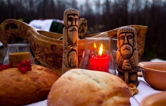 славянские статуэтки и свеча