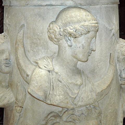 каменное изображение Селены