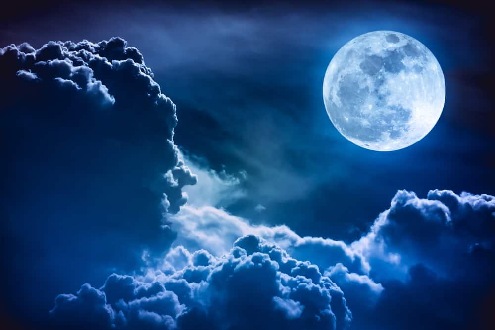 Луна на небе фото