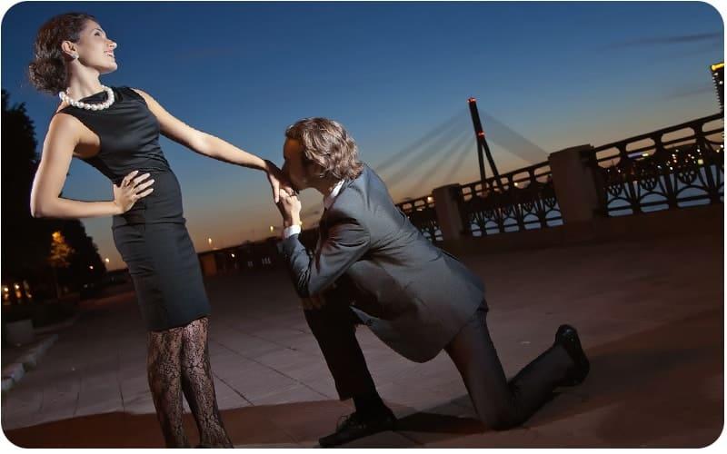 мужчина стоит на коленях перед девушкой