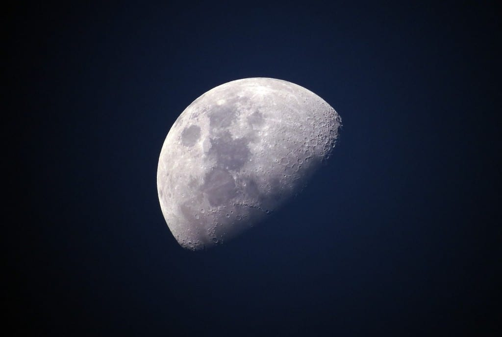 Луна на ночном небе