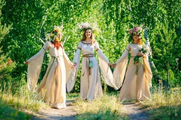 девушки празднуют Зелёные святки