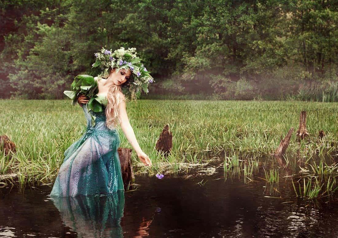 девушка в венке наклонилась над водой