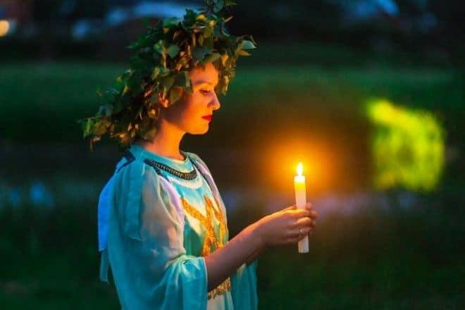 девушка в венке со свечой