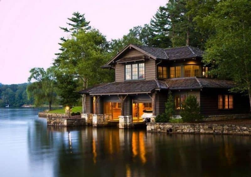 дом рядом с озером