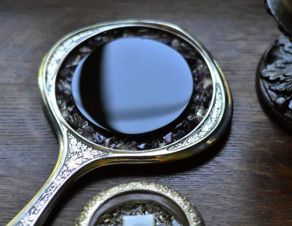 небольшое зеркальце