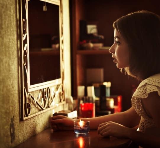 девушка гадает перед зеркалом