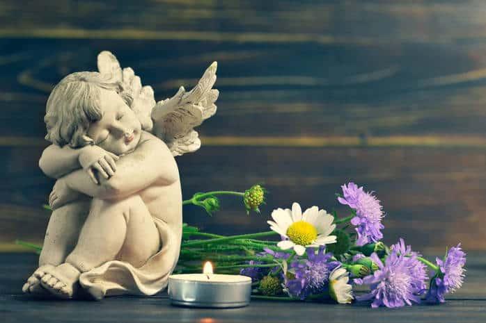 ангелок, свеча и цветы