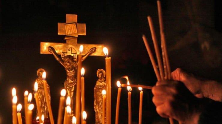 зажжённые свечи в церкви