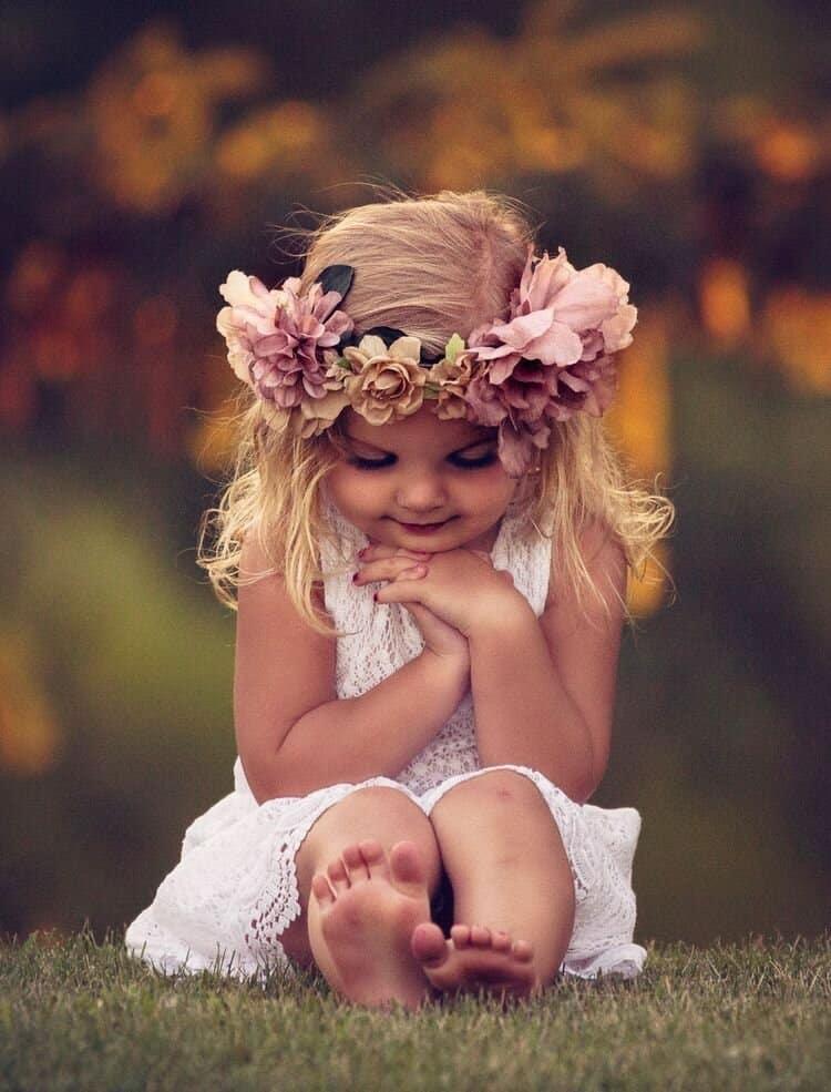маленькая девочка с веночком на голове