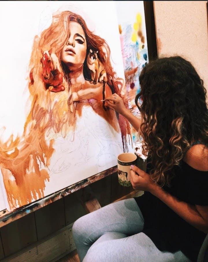 художница рисует портрет