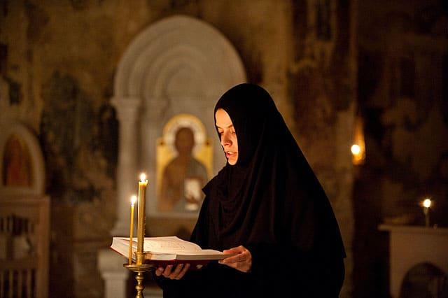 монахиня читает псалтырь