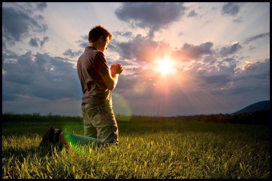 мужчина молится фото