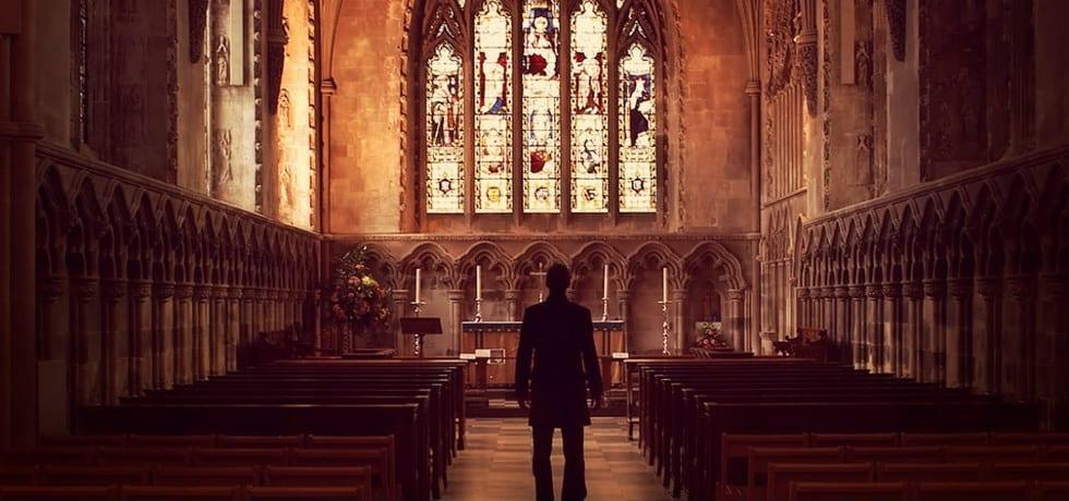 мужчина в церкви фото